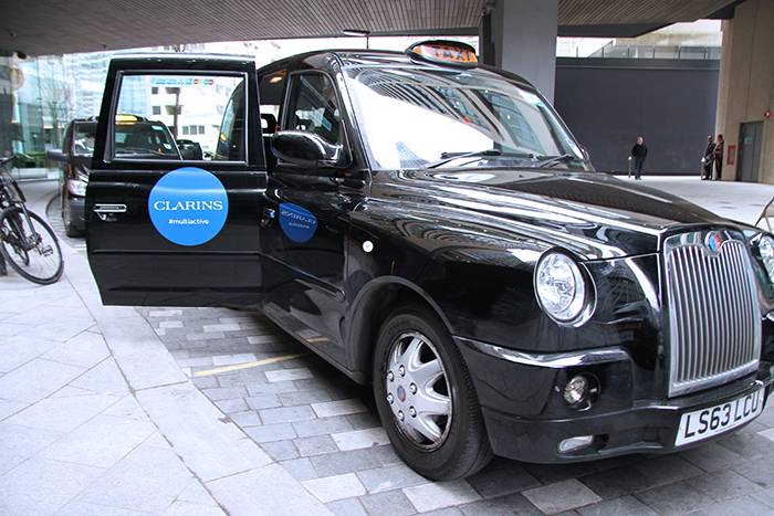 Taxi-londres-clarins-black-cab-personnalise